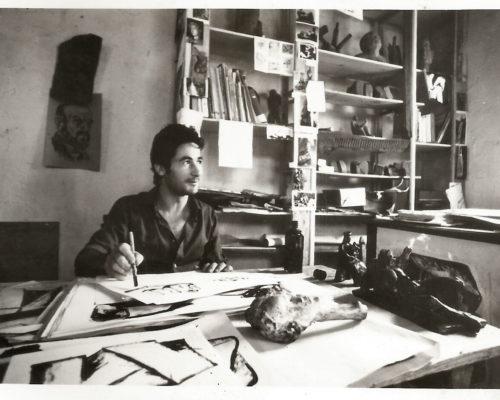 Un giovane Pinuccio Sciola nel suo studio d'artista